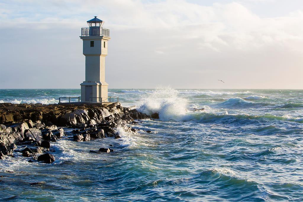 Leuchtturm in stürmischer See