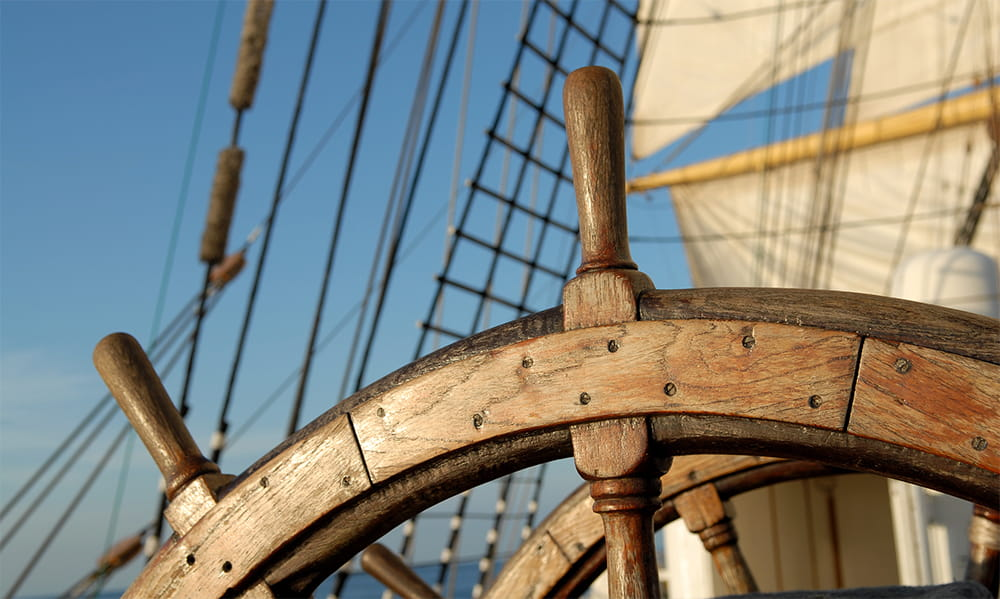 altes Schiffssteuerrad
